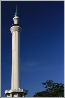 Kemegahan menara masjid istiqlal yang menjulang tinggi dalam temaram yang menawan. Sumber : Photobucket