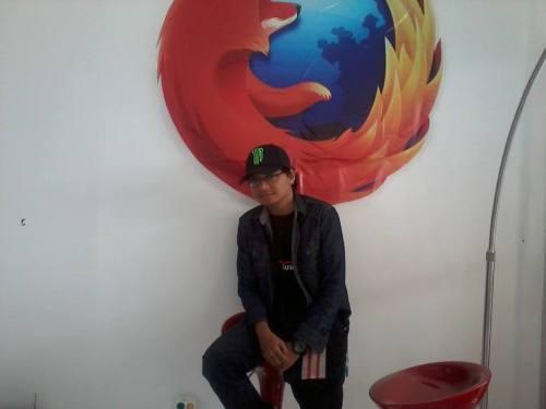 Udah keliatan high tech banget belum kalo pose di depan logo Mozilla gini?
