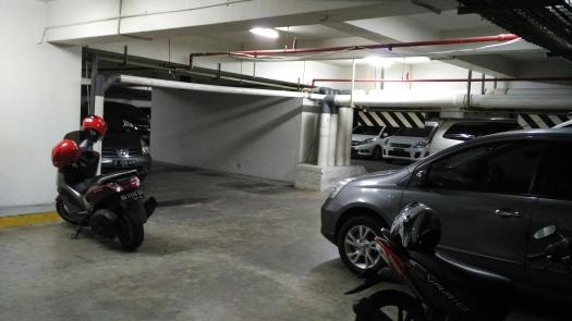 tempat parkir yang sempit, kecil, dan menyebalkan bagi saya.