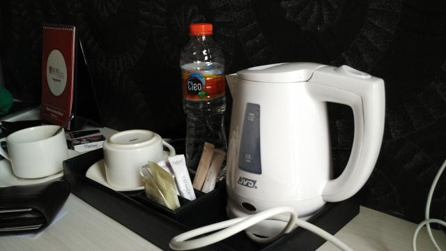 Penampilan welcome drink yang menyenangkan. Ada penghangat air, ada gelas, ada kopi, ada teh, dan air minum cleo. Lumayan asik sih. Sayangnya, kopinya nggak terlalu enak, hehe.