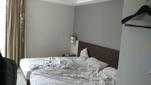 Penampakan kamar hotel secara overall. Not bad lah ya. Nyaman kok. :)